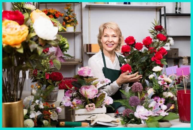Женщина может закончить Курсы флористов и хорошо зарабатывать