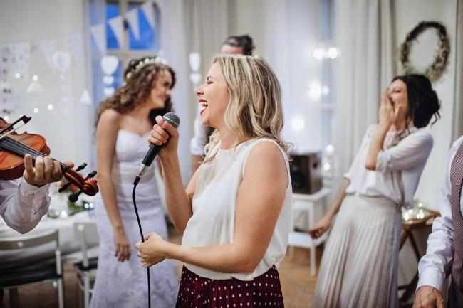 Женщина поет на свадьбе