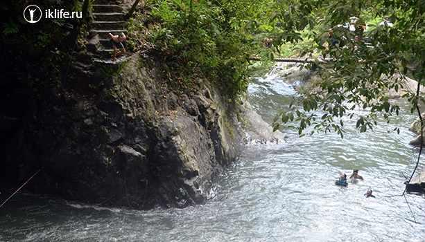 прыгаю в водопад на Бали